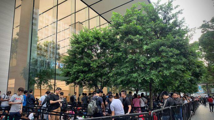 Käufer aus südostasiatischen Ländern frequentieren den Apple Store in Singapur (Bild: Aloysius Low / CNET.com).