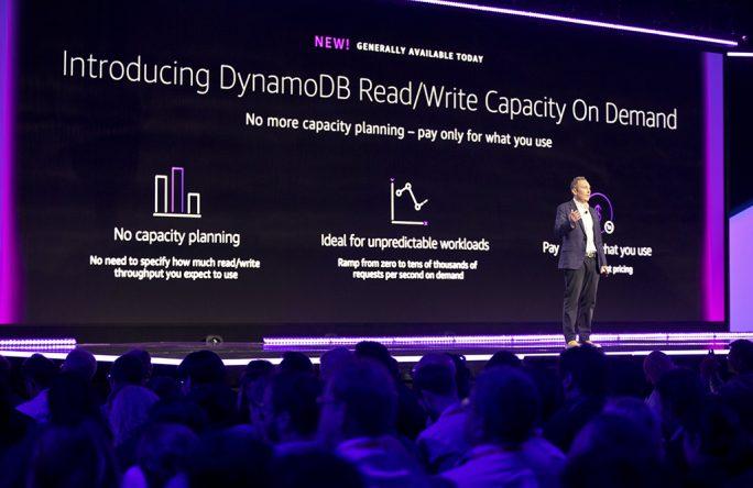Andy Jassy, CEO AWS, stellt die neue On-Demand-Kapazitätsanpassung für Dynamo DB vor (Bild: AWS)