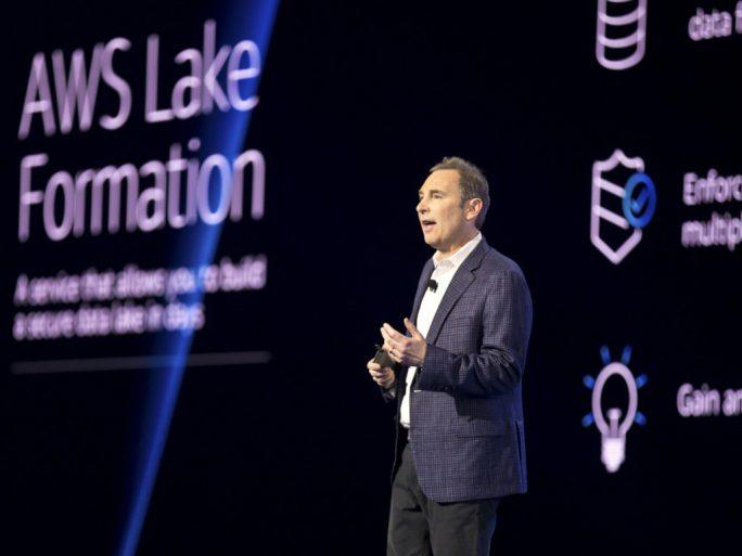 Vor vollem Saal kündigt AWS-CEO Andy Jassy Amazon AWS lake Formation an (Bild: AWS).