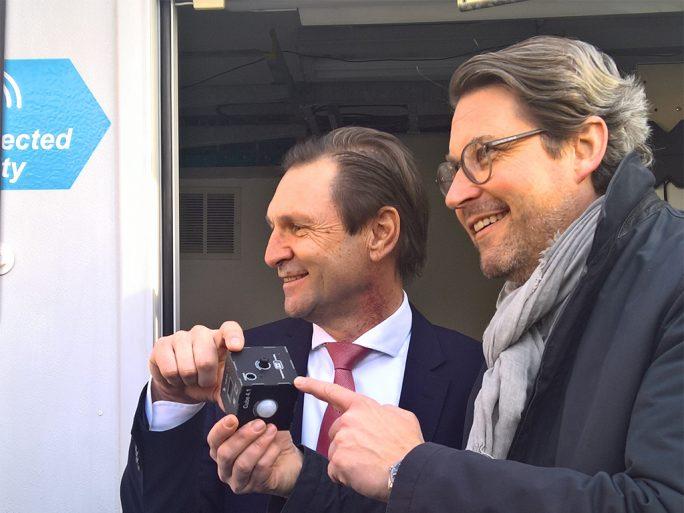 Andreas Scheuer (rechts), Bundesminister für Verkehr und Digitalisierung, inspiziert mit Ericsson-CEO Stefan Koetz (links) das Edge-DC und die dort präsentierten Sensorwürfel bei der Autobahndirektion Greding (Bild: Ariane Rüdiger).