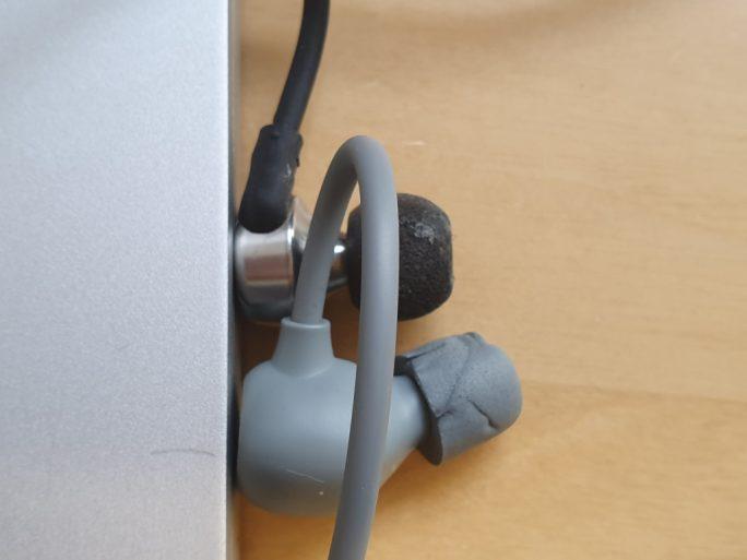 Aukey EP-B80 im Vergleich zum RHA MA750 (oben) (Bild: ZDNet.de)
