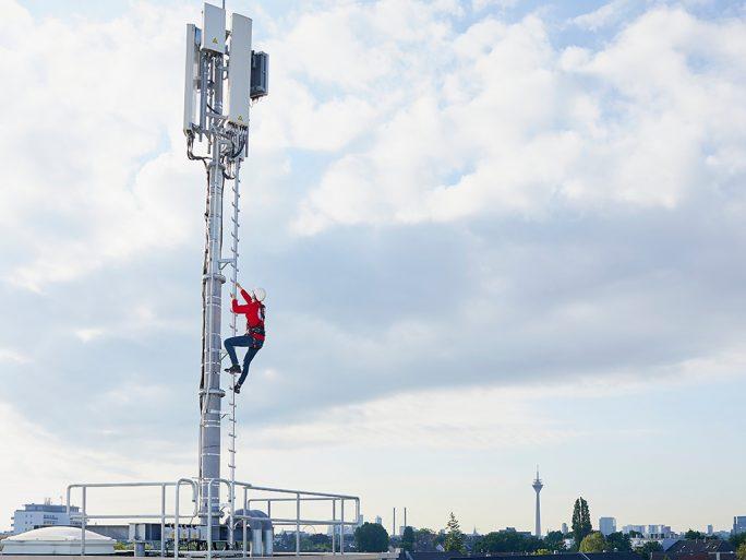 Vodafone-Techniker nimmt 5G in Betrieb (Bild: Vodafone)