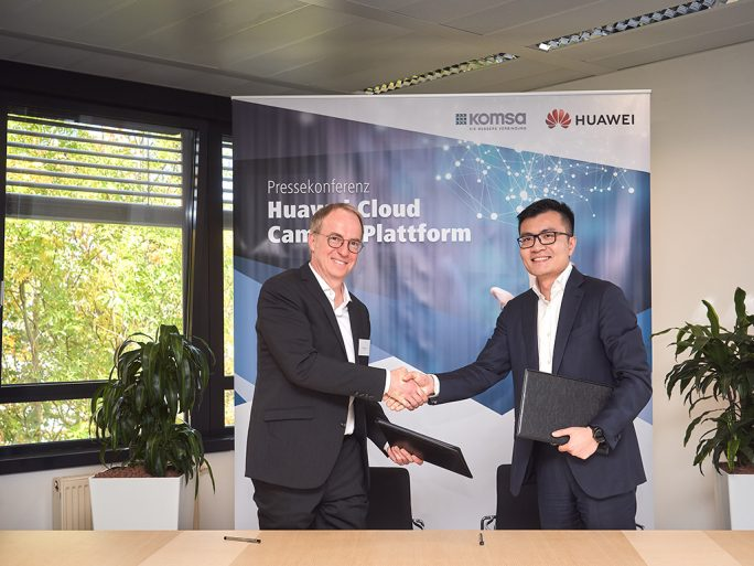 Chris Lu, Managing Director, Huawei Enterprise Business Group Germany und Steffen Ebner, KOMSA-Vertriebsvorstand B2B unterzeichnen die Partnerschaft (Bild: Huawei)