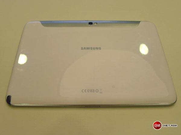 Das Tablet präsentiert sich mit einer Hochglanz-Rückseite (Foto: CBS Interactive).