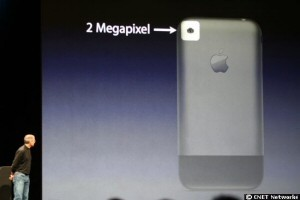 Auf die kleine Kamera-Linse muss Steve Jobs extra hinweisen: Sie fällt kaum auf.