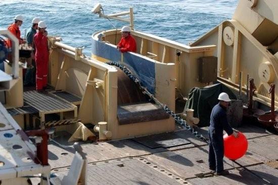 Eine Maschine wickelt das Kabel ab. Zunächst schwimmt es dank einer Reihe von Bojen auf dem Wasser, anschließend wird es von Tauchern abgehängt. Damit beginnt das Kabel, allmählich auf den Meeresboden abzusinken. Ist das Meer sehr tief, erreichte es ihn erst, wenn das Schiff bereits bis zu 20 Kilometer entfernt ist.<br />Das Kabel sinkt ohne Hilfe von Gewichten allein durch sein Eigengewicht auf den Meeresboden. Einziges Zusatzgewicht sind Verstärker für das optische Signal. Auf der Strecke zwischen Sydney und Hawaii durch Alcatel wurden 121 davon installiert. Sie befinden sich im Abstand von 75 Kilometern und dienen als Relaisstationen, um die Übertragung von einem Ende zum anderen sicherzustellen (Bild: Alcatel-Lucent).