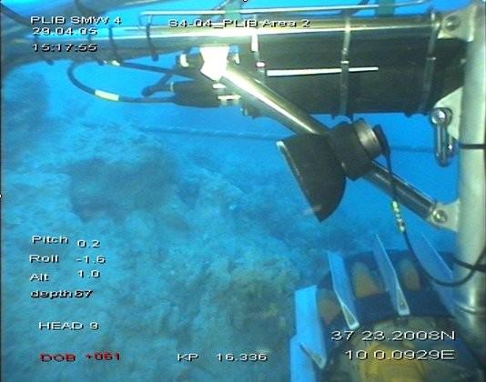 Hier arbeitet eine Maschine von France Télécom Marine neben einem Glasfaserkabel unter Wasser (Bild: Orange).