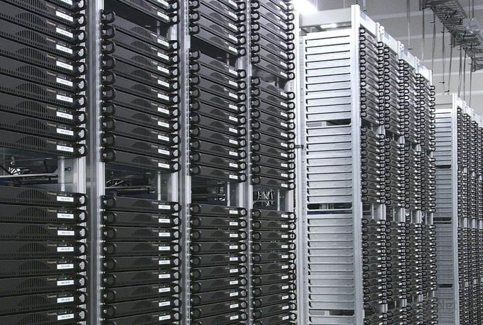 Bild 1: In den Rechenzentren der großen Hoster stehen mehrere tausend Server auf engem Raum (Foto: Strato).