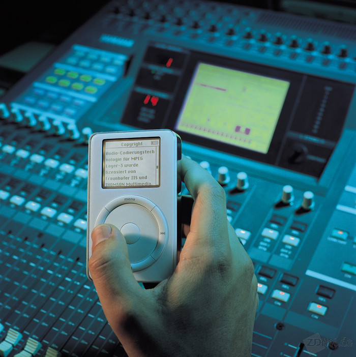 MP3 ist eine der bekanntesten Fraunhofer-Innovationen. Bereits seit Ende der 70er Jahre arbeitete eine Forschergruppe an der Kompression von Musikdaten. Ab 1992 trieben die Experten dann die Standardisierung und später die Vermarktung von MP3 voran. 1998 kam der Durchbruch, weil es endlich die notwendigen Speicherchips, schnelle PCs zum Erstellen von MP3-Dateien und das Internet mit der Möglichkeit von Musikdownloads gab (Bild: Fraunhofer-Gesellschaft).