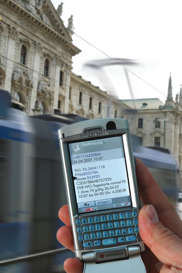Das Fraunhofer-Institut für Verkehrs- und Infrastruktursysteme IVI in Dresden hat zusammen mit dem Verband Deutscher Verkehrsunternehmen das Handyticket entwickelt. Bei derzeit rund 40 Verkehrsverbünden und -unternehmen in 15 Regionenn können Fahrgäste damit ihre Fahrkarte schon per Mobiltelefon erwerben. Einzige Voraussetzung: Sie sind einmal angemeldet (Bild: Fraunhofer-Gesellschaft).