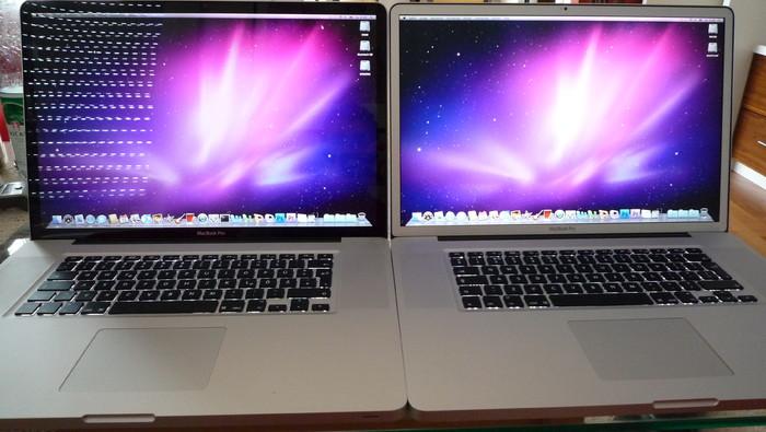 Innen (abgedunkelt): Macbook Pro mit Glossy-Display (links) und matter Oberfläche (rechts)