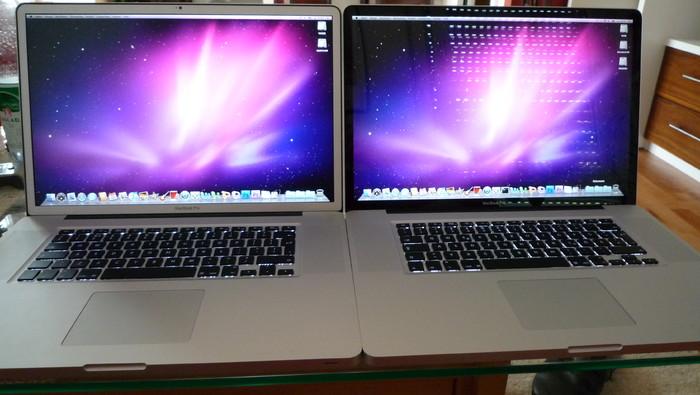 Innen (abgedunkelt): Macbook Pro mit Glossy-Display (rechts) und matter Oberfläche (links)