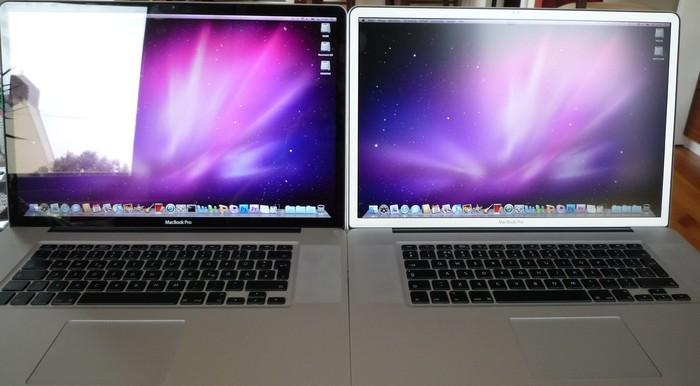 Innen (hell): Macbook Pro mit Glossy-Display (links) und matter Oberfläche (rechts)