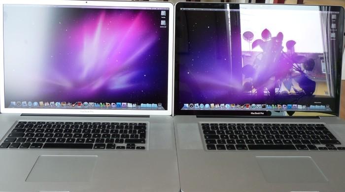 Innen (hell): Macbook Pro mit Glossy-Display (rechts) und matter Oberfläche (links)
