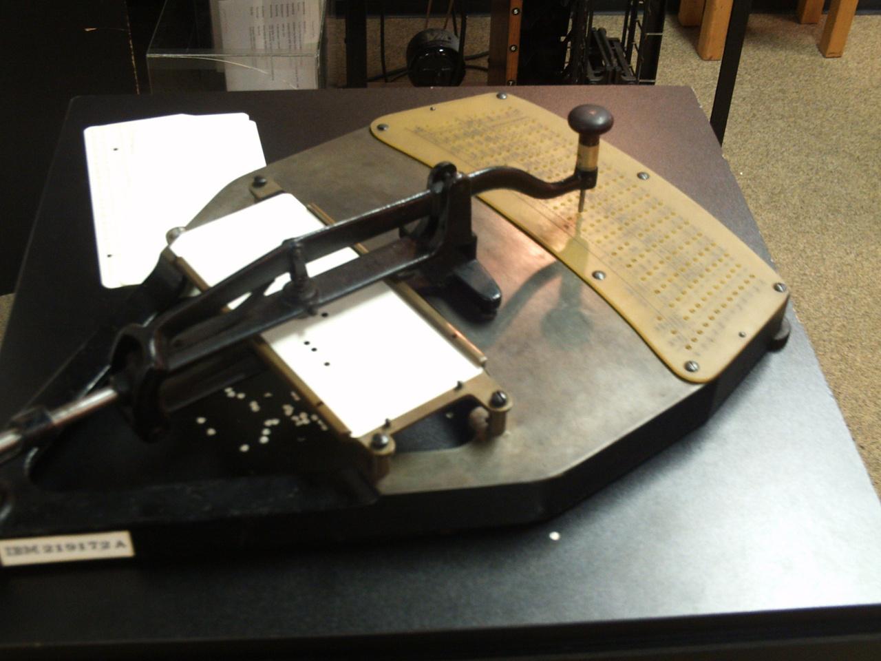 Herman Holleriths Pantograph von 1890 lochte erstmals Lochkarten, um für eine Volkszählung Daten zu bezeichnen und zu speichern. Die vordere Platte war auswechelbar - für andere Daten (Bild: Michael Matzer).