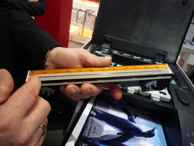 Möglich ist das dank einer neuen Drucktechnologie: Ein seitenbreiter Druckkopf mit 70.400 Düsen bringt bis zu 774 Millionen Tintentröpfchen auf das Papier (Bild: ZDNet).