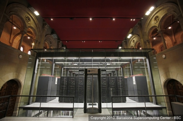"""<a href=""""http://www.zdnet.de/it_business_technik_der_supercomputer_in_der_kirche_story-11000009-39133969-1.htm"""" target=""""_blank"""">MareNostrum</a> ist ein <a href=""""http://www.zdnet.de/artikel_zum_thema_supercomputing_thema-39002356-39000779o0o0-1.htm"""" target=""""_blank"""">Supercomputer</a> an der 'Universitat Politècnica de Catalunya' in Barcelona. Der komplette Rechner wurde in eine Kapelle eingebaut und ist von fünf Meter hohen Glaswänden umgeben. Im """"MareNostrum"""" kommen <a href=""""http://www.ibm.de"""" target=""""_blank"""">IBM</a>-PowerPC-Prozessoren und Suse Linux Enterprise Server zum Einsatz. Bei seiner Inbetriebnahme 2005 bestand MareNostrum aus 2282 Blade-Servern vom Typ e-Server JS20 mit 4564 PowerPC-970FX-Prozessoren. Er verfügte über neun Terabyte Arbeitsspeicher und 230 Terabyte Festplattenkapazität. Mit 40 Teraflops war Mare Nostrum damals der schnellste Rechner Europas und die Nummer vier unter den Supercomputern weltweit (Bild: Barcelona Supercomputing Center)"""