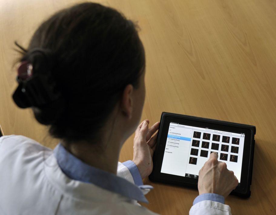 """Dass bei Krankenhäusern trotz der Vorteile der mobilen Dokumentation noch eine gewisse Zurückhaltung herrscht, hat zwei Gründe: """"Zum einen benötigt ein Krankenhaus eine relativ große Zahl an Mobilgeräten, um mobile IT-Szenarien flächendeckend umsetzen zu können"""", sagt Peter Haas, Professor für Medizinische Informatik an der Fachhochschule Dortmund. """"Zum anderen sind mobile Lösungen in erster Linie eher etwas für Einrichtungen, die ihre IT schon sehr weit entwickelt haben """" (Bild: Deutsche Telekom)."""