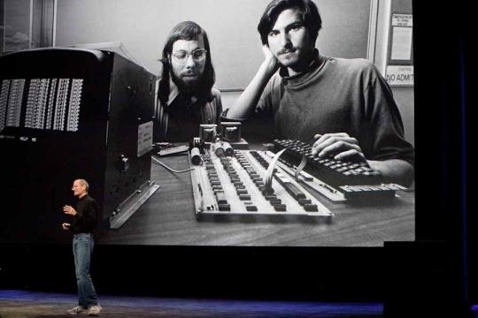 Bei der Vorstellung des iPad im Januar 2010 blickt Jobs auf die Anfangsjahre von Apple zurück. Damals hieß das Unternehmen noch Apple Computer Co. Später wurde es in Apple Inc. umbenannt. Das Foto zeigt Jobs mit dem Apple-Mitbegründer Steve Wozniak.