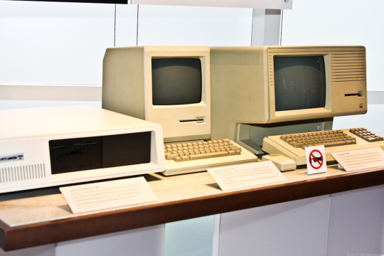 Im Computer History Museum in Mountain View, California, stehen ein IBM-PC, ein Apple Mac und ein Apple Lisa . Das war State of the Art für Personal Computer im Jahr 1984.