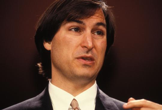 Zwar schien es zu dieser Zeit, dass Apple und Jobs fest verbunden sind. Aber schon 1985 unterlag Jobs in einem Machtkampf mit dem späteren CEO John Sculley und hat das Unternehmen verlassen. Er fand aber schnell neue Betätigungsfelder. Noch im selben Jahr gründete er Next Computer und ein Jahr später ein Unternehmen in einer ganz anderen Brancher: Pixar.<br />Mit Next sicherte sich Jobs seinen Platz im Hightech-Bereich. Im Oktober 1988 stellte er seinen High-End-Desktop in der Davies Symphony Hall in San Francisco vor. Investoren waren der Milliardär H. Ross Perot sowie die Universitäten Stanford und Carnegie (Chuck Nacke, Zuma Press, Newscom).