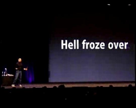 """Apples iTunes Music Store kam im April 2003 mit einer Bibliothek von 200.000 Songs. Enthalten waren auch exklusive Titel von Bob Dylan und U2. \""""Wir konnten Verträge mit allen großen Labels aushandeln\"""", so Jobs.<br />Im Oktober 2003 stellte Jobs die Windows-Version von iTunes vor. Den Ausflug in die Windows-Welt kommentierte Jobs mit: \""""Die Hölle ist zugefroren.\"""""""