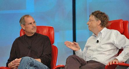 """Apple und Microsoft sind auf dem IT-Markt in einigen Bereichen scharfe Konkurrenten. Zwischen Jobs und Gates kam es ab und zu zum verbalen Schlagabtausch. Bei einem Zusammentreffen auf der D5-Konferenz wurden aber nur Nettigkeiten ausgetauscht. Jobs sagte, er bewundere die Fähigkeiten von Microsoft, Partnerschaften einzugehen. \""""Da Woz (Steve Wozniak) und ich das Unternehmen basierend auf der Möglichkeit, alles selbst zu machen, gegründet haben, waren wir nicht gut darin, mit anderen Partnerschaften einzugehen.\"""""""