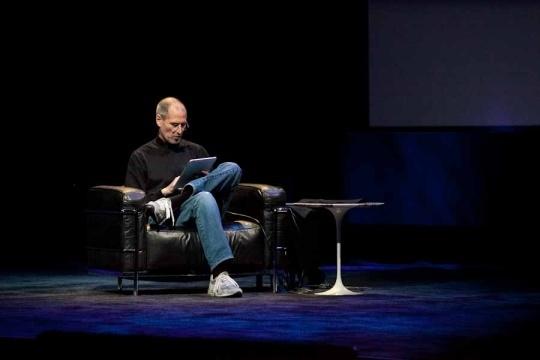 Das iPad ist ein weiteres Gerät, das die IT-Branche revolutioniert hat. Hier stellt es Jobs im Januar 2010 erstmals vor.