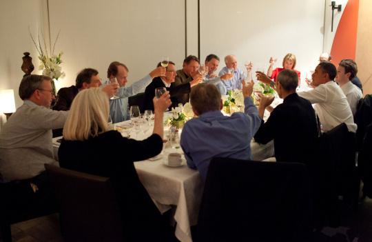 Jobs gehörte zu einer ausgewählten Gruppe von Technologie-Managern, die im Februar 2011 zu einem Dinner mit US-Präsident Obama eingeladen waren, um über das US-Bildungssystem und die Wirtschaft zu sprechen. Jobs sitzt links neben Obama, rechts sitzt Mark Zuckerberg (Facebook). Anwesend waren zudem Eric Schmidt (Google), John Chambers (Cisco Systems), Larry Ellison (Oracle) und Carol Bartz (Yahoo).