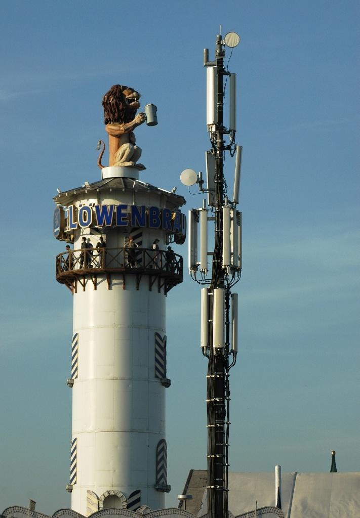 Acht Mobilfunkmasten wurden extra für das Oktoberfest 2011 zusätzlich zur normalen Mobilfunkversorgung aufgestellt. Die zwei obersten Antennenkränze der Anlage Süd 1 gehören der Telekom. Darunter hängen sechs längliche Antennengehäuse von O2, am untersten vier Antennenkästen von Vodafone (Foto: Harald Karcher).