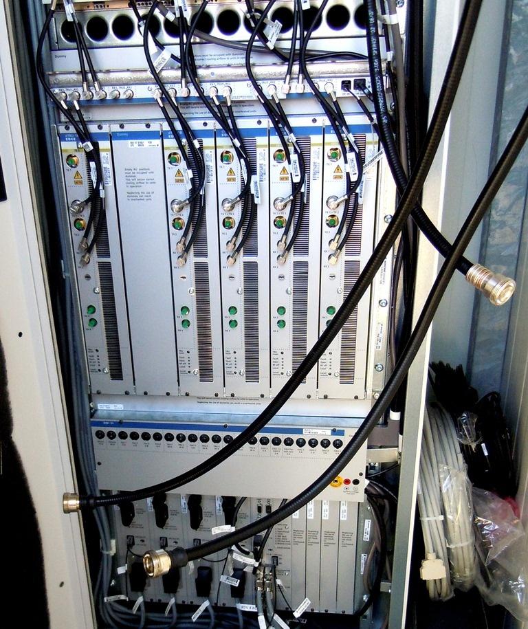 Erst nachdem die Kathrein-Antennen mit dem Ericsson-Schaltschrank fertig verkabelt sind, kommt die Telekom und schließt den Schaltkasten an ihr Glasfasernetz im Boden der Theresienwiese an (Foto: Harald Karcher).