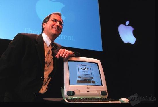 Mit Steve Jobs hat die IT-Branche einen ihrer großen Visionäre verloren. Mit iPod, iPhone und iPad gelangen ihm in den vergangenen zehn Jahren gleich drei Erfolgsprodukte, die die Welt in den Bereichen Unterhaltung, Kommunikation und IT veränderten.<br /><br />1998 stellte Jobs mit dem iMac G3 das erste Modell der bis heute fortgeführten iMac-Serie vor. Der All-in-One-Rechner mit CRT-Monitor wurde von Power-PC-Prozessoren angetrieben. Er war in verschiedenen Farben lieferbar und sorgte in den grauen IT-Welt für Abwechslung.  Erst 2002 kam mit dem iMac G4 der Nachfolger, der erstmals ein LCD-Display enthielt (Bild: CNET.com)
