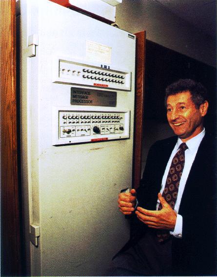 Zu den Wegbereitern des Internets zählt unter anderem Leonard Kleinrock. Der Informatiker arbeitete in den Sechziger Jahren an einem dezentralen Rechnernetzwerk, aus dem 1969 der Internet-Vorläufer Arpanet hervorging. Hier steht er vor dem Urahn des heutigen Routers… (Bild: Wikimedia Commons)