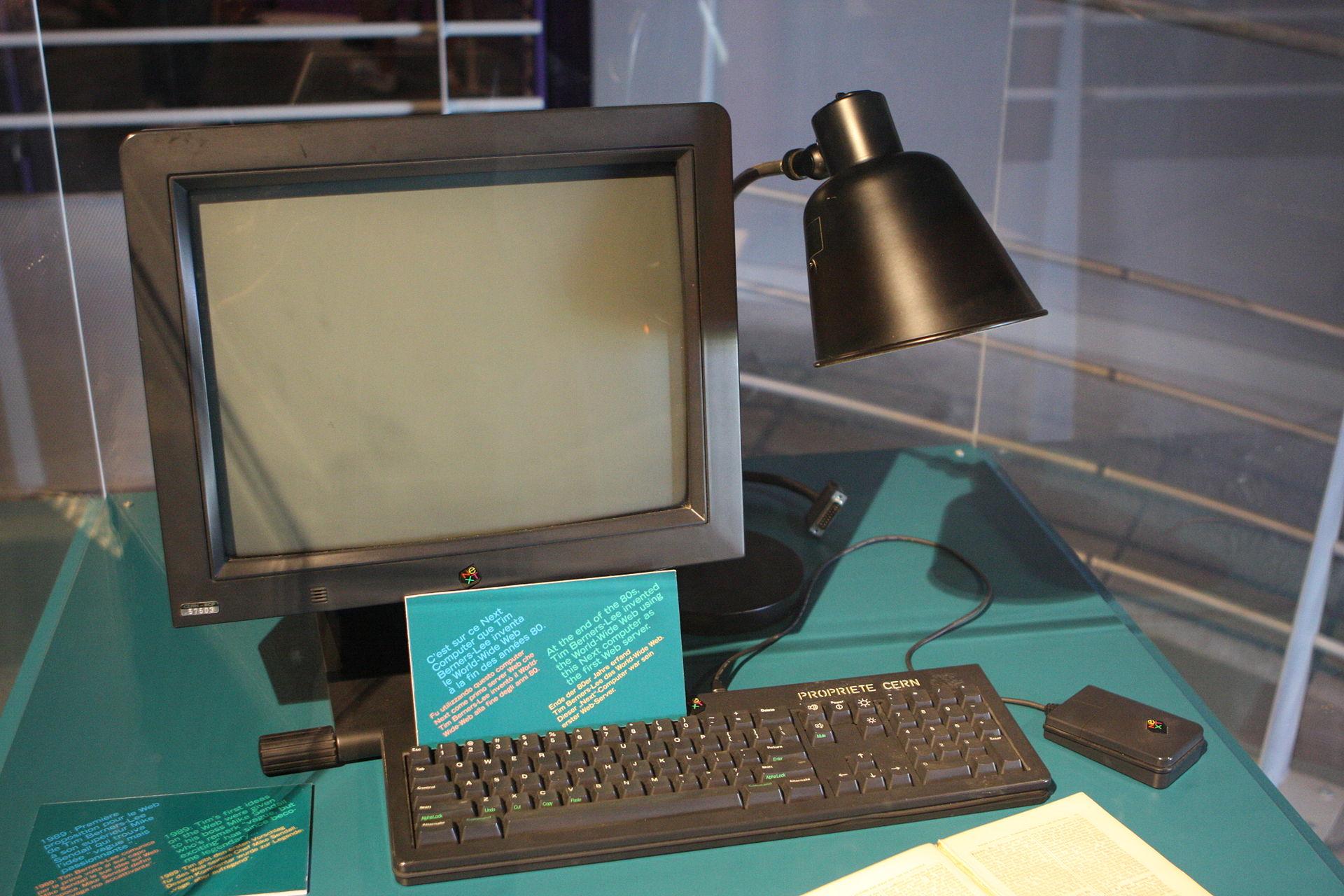 """Im Jahr 1989 gelang dem britischen Informatiker Tim Berners-Lee ein weiterer Durchbruch: Er entwickelte den Dienst World Wide Web, der häufig fälschlich synonym mit dem Begriff """"Internet"""" verwendet wird und eigentlich die Gesamtheit der im Internet miteinander verknüpften (Hypertext-)Dokumente respektive Websites bezeichnet. Im Bild sieht man den ebenfalls von Berners-Lee entwickelten ersten Webserver der Welt (Bild: Wikimedia Commons)."""