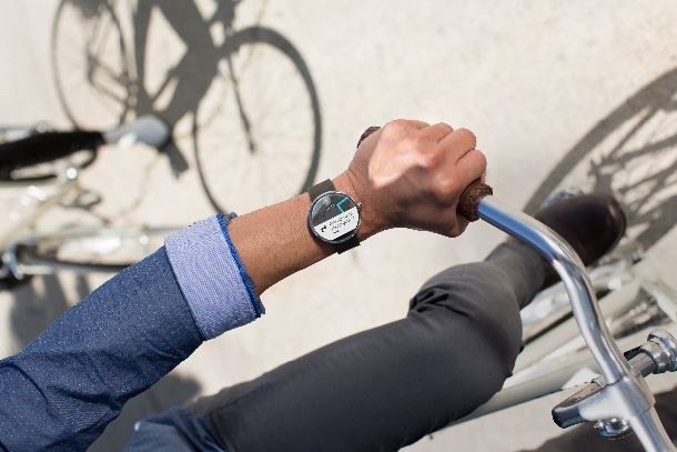 """Zur Vorstellung von Googles Smartwatch-OS <a href=\""""http://www.cnet.de/88127491/android-wear-google-enthuellt-os-fuer-smartwatches-co/\"""" target=\""""_blank\"""">Android Wear</a> haben LG und Motorola auch erste Armbanduhren mit dem Betriebssystem angekündigt. Die \""""<a href=\""""http://moto360.motorola.com/\"""" target=\""""_blank\"""">Moto 360</a>\"""" (hier im Bild) soll im Sommer zunächst in den USA in den Handel kommen. LG peilt einen Marktstart seiner \""""G Watch\"""" im zweiten Quartal an.<br><br>Android Wear wird stark auf die Spracherkennungstechnologie sowie die Suchfunktionen des virtuellen Assistenten Google Now setzen und wurde für den Einsatz in tragbaren Mobilgeräten wie Smartwatches entwickelt (Foto: Motorola) <br><br> <a href=\""""http://www.cnet.de/88127491/android-wear-google-enthuellt-os-fuer-smartwatches-co/\"""" target=\""""_extern\"""">Weitere Informationen</a>"""