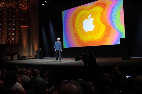 """Apple hat heute im kalifornischen San José unter dem Motto: """"We've got a little more to show you"""" die neuesten Produkte vorgestellt. Zu sehen waren - wie erwartet - das iPad Mini, ein iPad der vierten Generation, ein neuer schlanker iMac und weitere Retina-Modelle bei den MacBook Pros. Es war sicherlich nicht der große Wurf dabei, dafür gab es Optimierungen. Überraschend war ohne Frage der vergleichsweise hohe Einstiegspreis des iPad Mini mit 329 Euro. Das 9,7-Zoll-iPad hat dafür jetzt jetzt einen starken Dual-Core A6X mit Quad-Core Grafik und einen Lightning-Connector spendiert bekommen und ist dafür sogar 30 Euro günstiger zu haben. An Attraktivität hat auch die neue iMac-Generation zugelegt (Foto: CNET). <br><br> <a href=\""""http://www.zdnet.de/88128430/ipad-mini-apples-einsteigertablet-beginnt-bei-349-euro/\"""" target=\""""_extern\"""">News zum iPad Mini lesen</a>"""