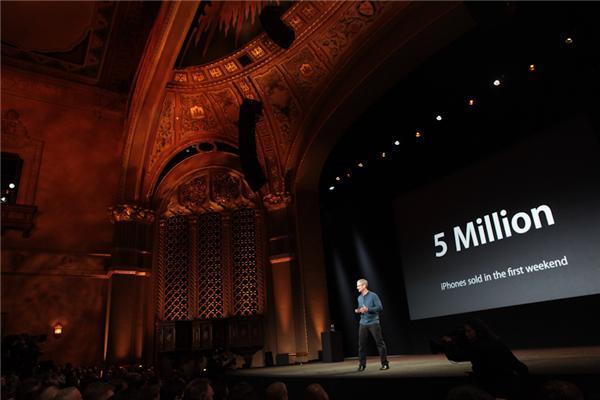 Tim Cook ist über den grandiosen Start des iPhone 5 stolz: 5 Millionen Geräte in der ersten Woche. Bei dieser Gelegenheit wirft er noch weitere imposante Zahlen in den Raum (Foto: CNET).