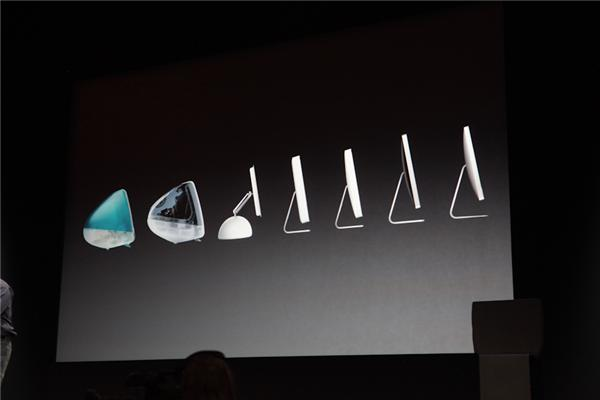 Marketingchef Schiller demonstriert die Evolution des iMac (Foto: CNET).
