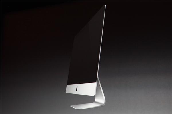 Die neueste iMac-Generation ist noch flacher. Der 27-Zöller kommt mit einer Auflösung von 2560 x 1440 Pixel, das 21,5-Zoll-Modell mit 1920 x 1080 Pixel. Das IPS-Panel erlaubt einen Blickwinkel von 178 Grad, die Helligkeit liegt laut Apple bei 300 nits (Foto: CNET).