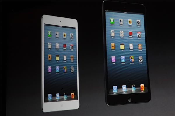 Statt dem 9,7-Zoll-Multi-Touch-Display mit LED-Hintergrundbeleuchtung und IPS-Technologie (rechts) kommt beim iPad Mini ein 7,9-Zoll-Bildschirm zum Einsatz (Foto: CNET).