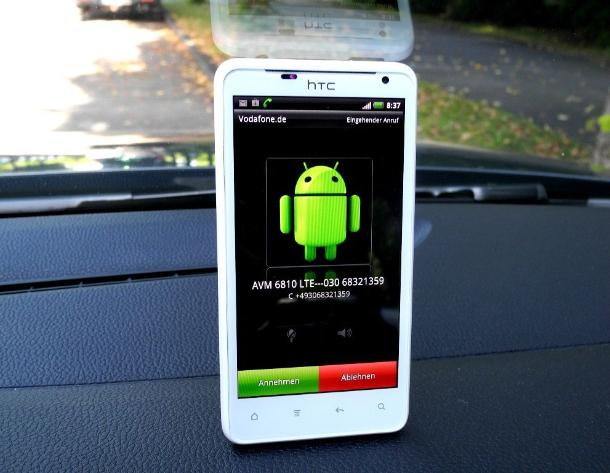 Das HTC Velocity 4G Smartphone wird gerade von einem schwarzen DECT-Handset MT-F des LTE-DECT-WLAN-Routers FRITZ!Box 6810 LTE angerufen - und zwar per Voice-Over-LTE mit einer Berliner 030-Festnetznummer. Dabei stehen alle genannten Geräte im in Münhchen parkenden Auto (Foto: Harald Karcher).