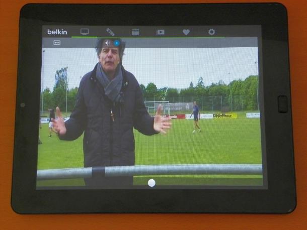 Das TV-Bild lässt sich aber auch via WLAN an ein Tablet streamen - hier beispielsweise das Touchlet X10 von Pearl (Bild: Peter Pernsteiner).