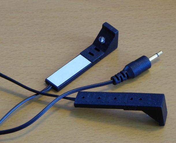 Zur Fernbedienung von mit der Box verbundenen Sat-Receivern liefert Belkin zwei kleine Infrarot-Sender mit, die per zwei Meter langem Y-Kabel parallel an einem 2,5-mm-Klinkenstecker angeschlossen sind (Bild: Peter Pernsteiner).