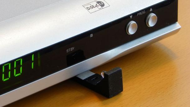 Diese Infrarot-Sender können unter den Sat-Receiver geklebt und in Richtung des Infrarot-Empfängers ausgerichtet werden (Bild: Peter Pernsteiner).