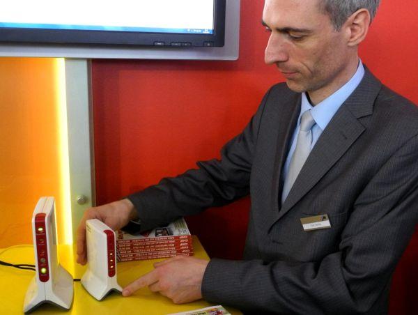 """Schon im März 2012 hat AVM auf der CeBIT 2012 ihre \""""AVM FRITZ!Box 6810 LTE\"""" demonstriert und angekündigt. Nach Feldversuchen auf dem Lande in Mecklenburg-Vorpommern ist der 4G-Router in diesen Tagen parallel zur Berliner IFA bundesweit lieferbar. Gleich von Anfang an wird die AVM 6810 mit der Voice-over-LTE-Telefonie (VoLTE) von Vodafone vermarktet.  Auf der CeBIT hat AVM-Mitarbeiter Tom Vierke die LTE-Telefonie schon mit den zwei LTE-Fritzboxen 6842 (links) und 6810 (rechts) demonstriert. Mit Berliner \""""030-Festnetznummern\"""" von AVM konnte der Autor schon damals über beide LTE-Router in guter Sprachqualität testweise von Hannover nach München telefonieren. Die LTE-Fritzboxen in Hannover waren dazu mit einer LTE-Funkzelle von Vodafone verbunden, die bereits die LTE-Telefonie \""""VoLTE\"""" unterstützte (Foto: Harald Karcher)."""