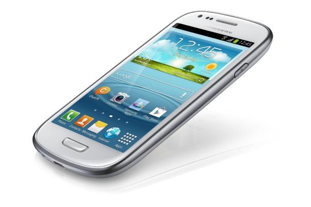 Wie erwartet hat Samsung heute eine kleinere Version des aktuellen Android-Flaggschiffs Galaxy S III angekündigt. Samsung hat hinsichtlich der Ausstattung im Vergleich zum S III abgespeckt. So kommt das Mini mit Dual-Core- statt Quad-Core-CPU, 5- statt 8-Megapixelkamera und VGA- statt 1,9-Megapixel-Frontkamera. Auch der Akku fällt kleiner aus: statt 2100 mAh kommen jetzt 1500 mAh zum Einsatz (Foto: Samsung).