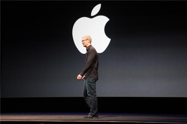 Das neue iPhone sieht genau so aus wie erwartet. Angetrieben wird es von einem A6-Prozessor. Die Displaygröße wurde von 3,5 Zoll auf 4 Zoll angehoben, die Akkulaufzeit ist jetzt entsprechend länger und die 8-Megapixel-Kamera wurde überarbeitet. LTE-Datenfunk und WLAN  802.11 a/b/g/n sind an Bord, wie auch iOS 6 mit zahlreichen neuen Features. Neu ist auch der Dock-Connector. Das neueste Apple-Phone ist mit 7,6 Millimeter das derzeit dünnste Smartphone. Es kommt in schwarz oder in silber/weiß ab 21. September (Foto: CNET.com).