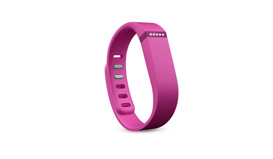 Einer der Vorreiter bei Fitness-Wearables ist Fitbit. Der kalifornische Anbieter offeriert unter anderem die Fitbit Flex für aktuell rund 100 Euro. Sie beherrscht klassische Funktionen wie das Zählen von Schritten, das Anzeigen der zurückgelegten Distanz und das Errechnen der beim Sport verbrannten Kalorien. Die Daten werden über einen Beschleunigungssensor gemessen. LEDs zeigen in 20-Prozent-Schritten an, wie nah man seinem jeweiligen Ziel (Kalorien, Distanz etc.) schon gekommen ist. (Bild: Fitbit)