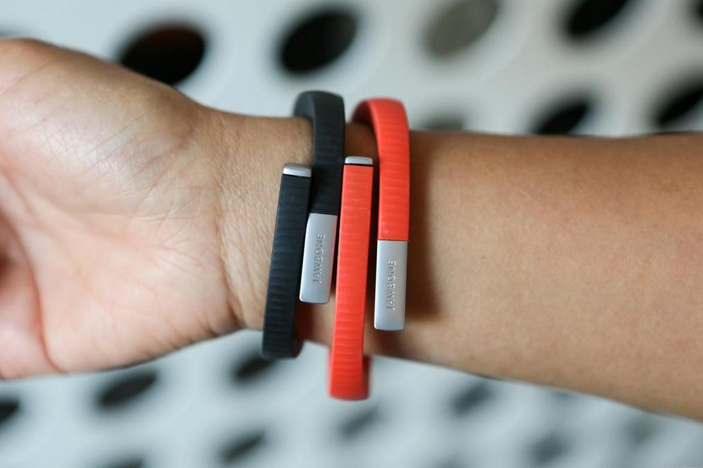 """Ein weiterer Pionier in Sachen Fitness-Tracking ist Jawbone. Das Armband \""""Up\"""" kann sich laut Anbieter nicht nur mit Fitness-, Schlaf- und Ernährungs-Apps verbinden, sondern auch mit Hardware kommunizieren, etwa mit dem selbstlernenden Nest-Thermostat. Aktueller Herstellerpreis: 79 Dollar (Bild: Jawbone)"""