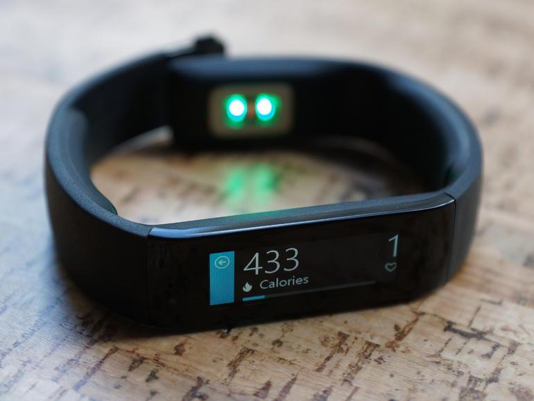 """Microsoft hat mit seinem schlicht \""""Band\"""" genannten Fitness-Armband sein erstes Wearable überhaupt für 199 Dollar (nur in den USA) auf den Markt gebracht. Wie die Tracker der Mitbewerber liefert es Features wie Schritt- und Kalorienzähler oder Pulsmesser. In das Armband integrierte Sensoren erfassen die entsprechenden Daten. (Bild: CNET.com)"""